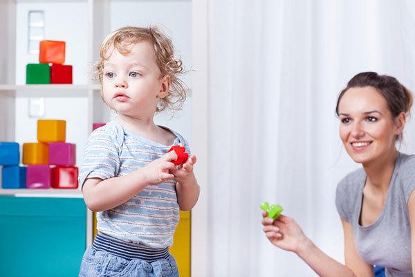 Как научить ребенка играть самостоятельно: советы родителей и психологов, правила постепенного вовлечения в занятия, польза поощерений и вред излишнего контроля