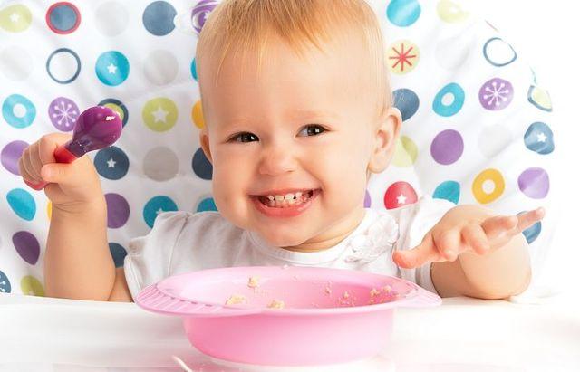 Когда приучать ребенка к ложке: выбор столового прибора и пошаговое руководство для родителей и правильный возраст обучения