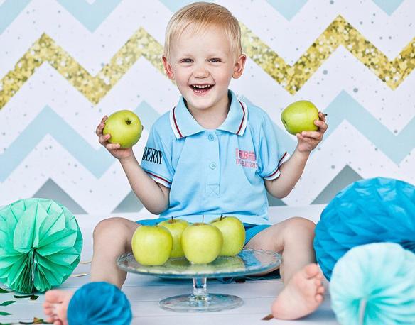 Польза яблок для ребенка: состав полезных веществ во фрукте, сроки введения в рацион малыша, противопоказания к употреблению и советы педиатров