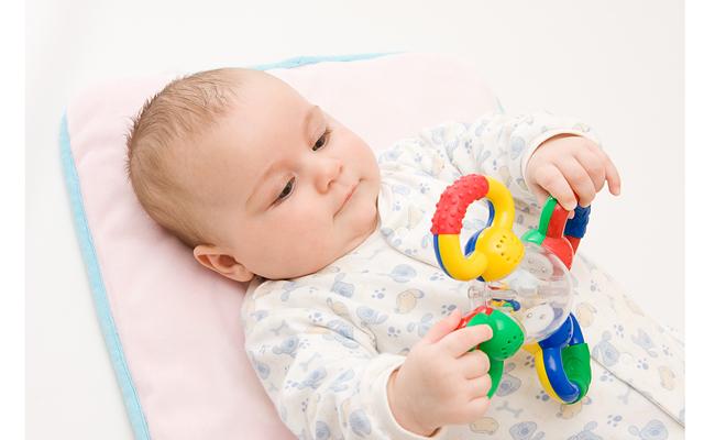 Развитие ребенка по месяцам до года мальчика: прибавка в весе и увеличение роста, норма и отклонения, календарь и схема основных навыков в разном возрасте, мнение доктора