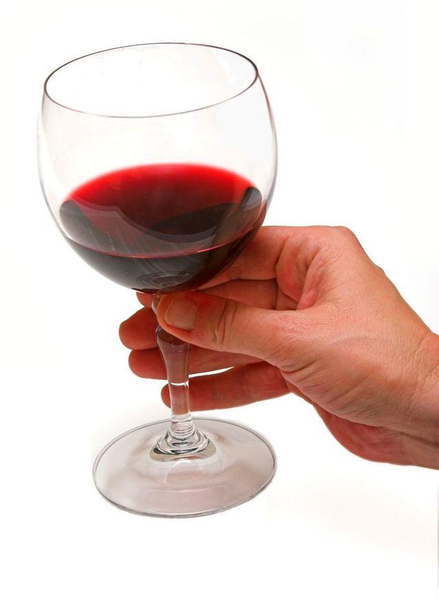 Аллергия на алкоголь: как проявляется, первая помощь и принципы лечения