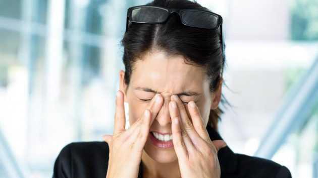Болит голова в области лба и давит на глаза: провоцирующие факторы, первая помощь, лечебные и профилактические мероприятия