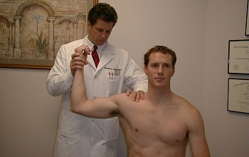 Болит плечо при поднятии руки вверх: провоцирующие факторы, разновидности дискомфортных ощущений, диагностика и способы лечения
