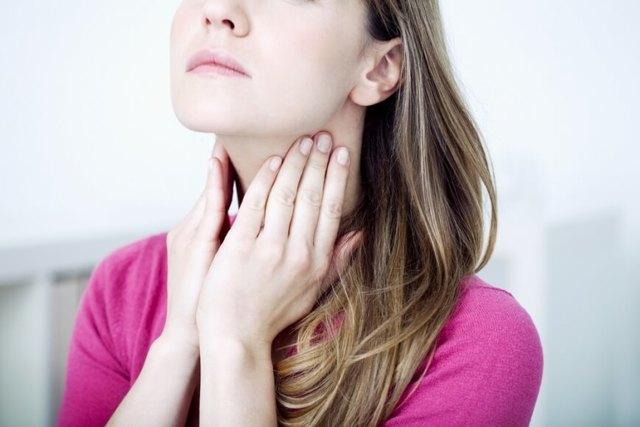 Болит сильно горло, что вызвало воспаление и как быстро устранить неприятные ощущения?