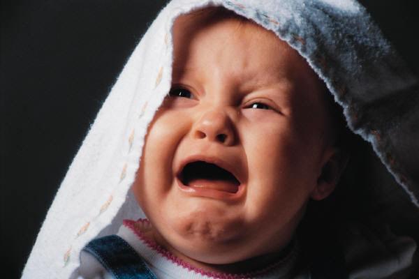 Новорожденной постоянно кричит и не спит: что делать?