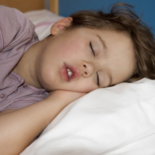 Почему ребенок скрипит зубами: возможные причины ночного беспокойства
