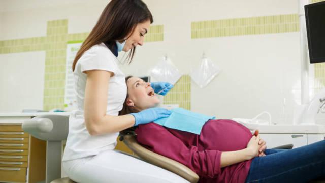 Почему стоит лечить зубы при беременности: преимущества обращения к стоматологу