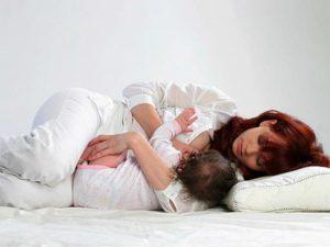 Позы для кормления новорожденного: общепринятые варианты, принципы прикладывания ребенка к груди