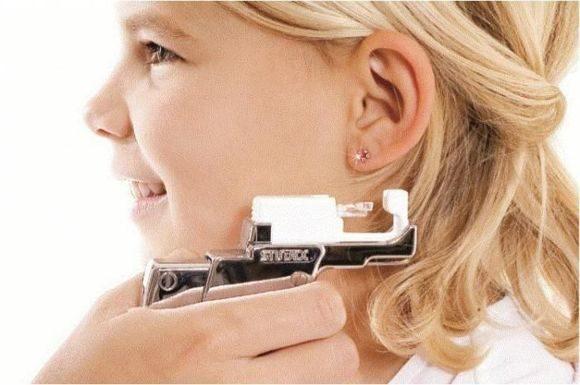 Прокалывание ушей пистолетом, иглой, по «Системе 75»: суть методов, их преимущества и недостатки, особенности процедур, меры предостережения