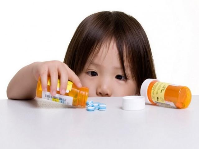 Ребенок проглотил предмет: сопутствующие симптомы, первая помощь, методы извлечения, меры профилактики