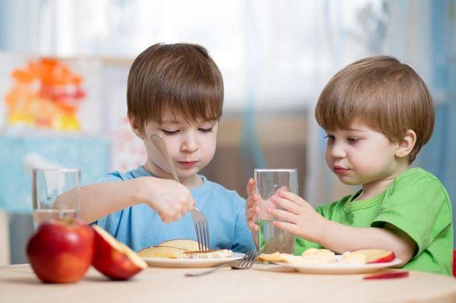 Сколько питьевой воды нужно ребенку употреблять в течение дня в зависимости от времени года