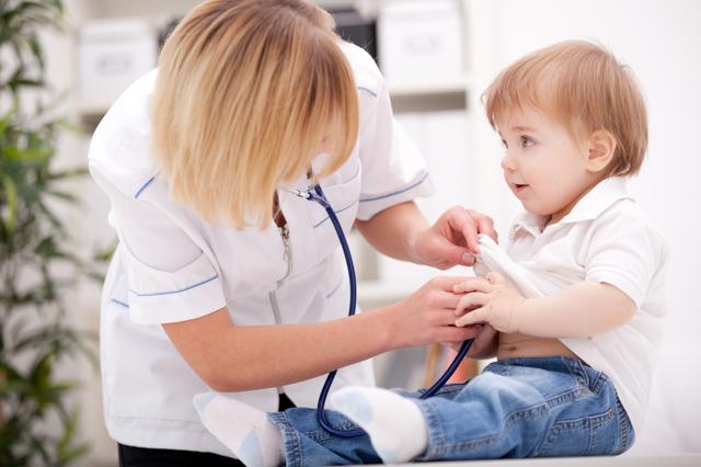 Субфебрильная температура тела у ребенка и взрослого по утрам, вечерам: причины повышения, диагностика и особенности лечения
