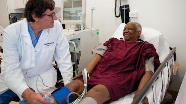 Сухая гангрена нижних конечностей: стадии развития заболевания, характерные проявления, особенности лечения и прогноз