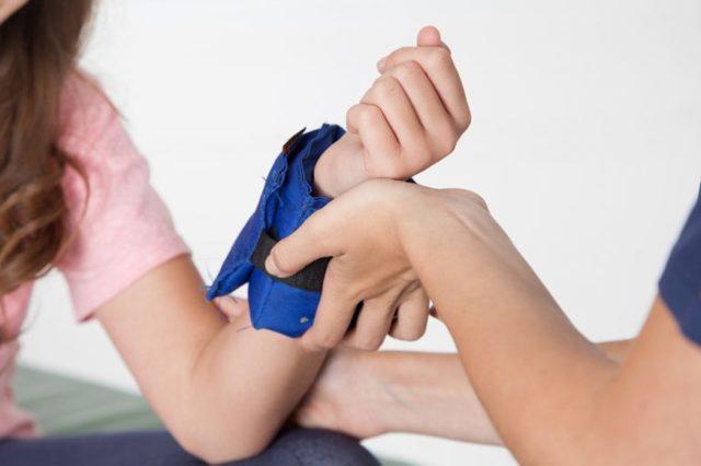 Травмы кисти и лучезапястного сустава: виды повреждений, техника наложения повязки, показания для фиксации
