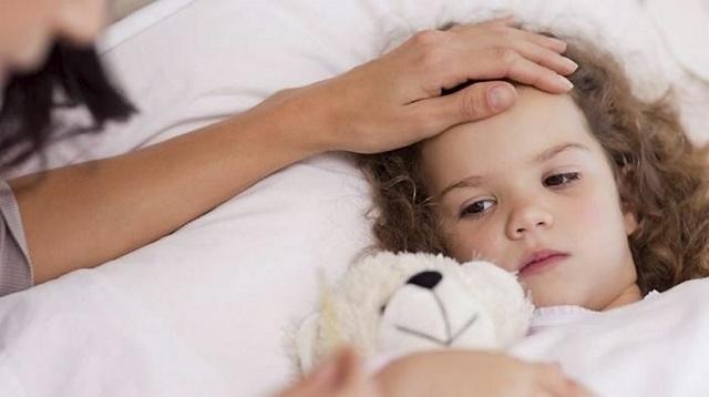 У детей высокая температура и рвота: провоцирующие факторы, опасность состояния, первая помощь, особенности лечения