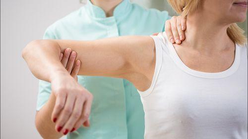 Вывих плеча: причины возникновения, характерные признаки, способы вправления и реабилитация