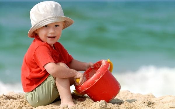 Загар детям противопоказан: сколько солнца нужно ребёнку