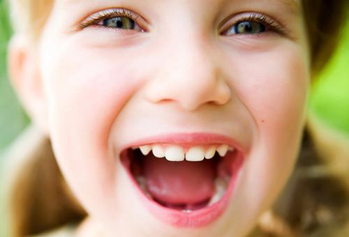 Неприятный запах изо рта у ребенка: 5 вероятных причин и решений проблем