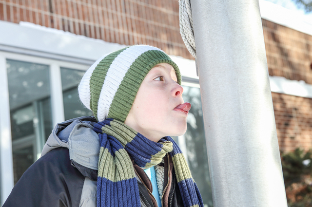 Прилип язык к металлу зимой у ребёнка: 5 способов срочной помощи, если лизнул железо на морозе