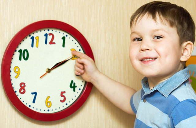 Режим дня младенца, ребенка в детском саду, школьника: рекомендации и советы, таблицы