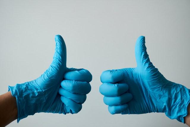 Как правильно снимать одноразовые перчатки при пандемии?